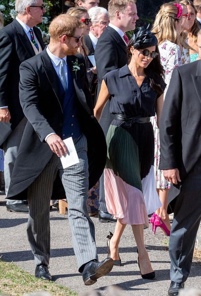 Sau 5 tháng làm dâu Hoàng gia, váy áo tinh tế thanh lịch nhiều không đếm hết nhưng Công nương Meghan lại có tới 3 lần mặc đồ kém duyên - Ảnh 3.