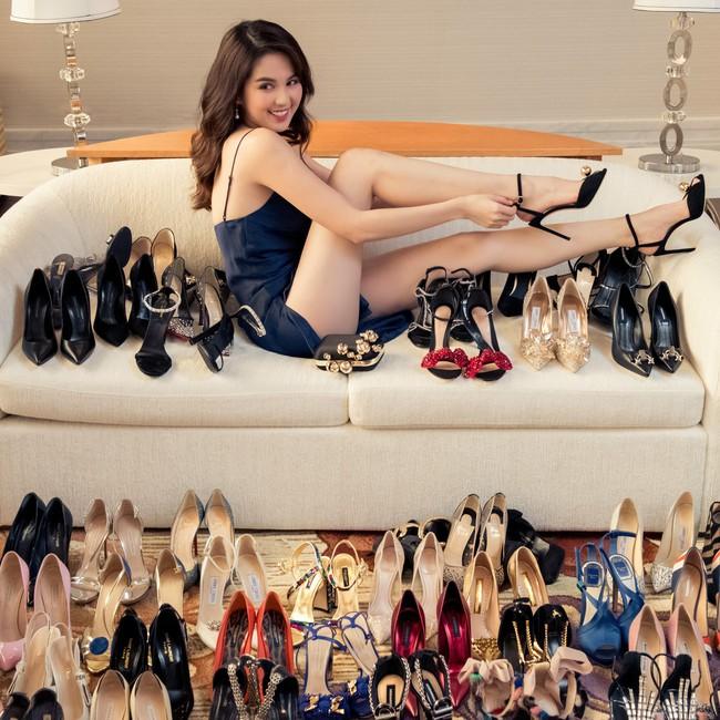 Bày la liệt hàng chục đôi giày hàng hiệu, Ngọc Trinh khiến hội chị em ghen tỵ nổ đom đóm mắt - Ảnh 1.