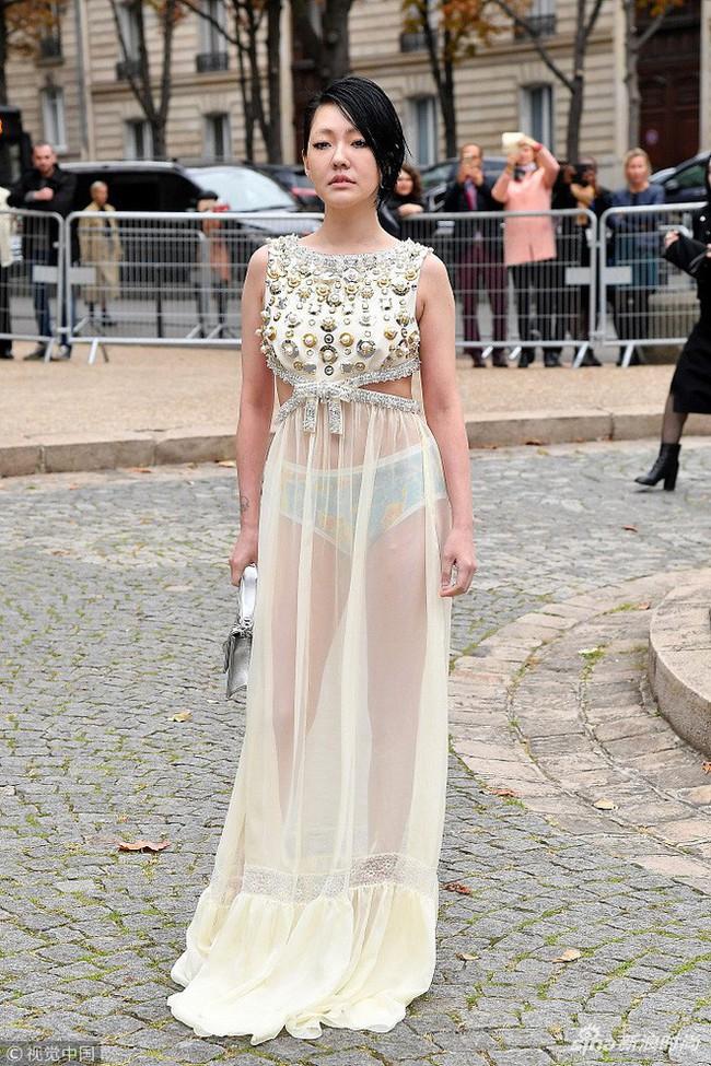 Đỉnh cao tự tin là Tiểu S: 38 tuổi vẫn mặc váy trong suốt để lộ quần nội y sặc sỡ thong dong khắp Paris - Ảnh 3.