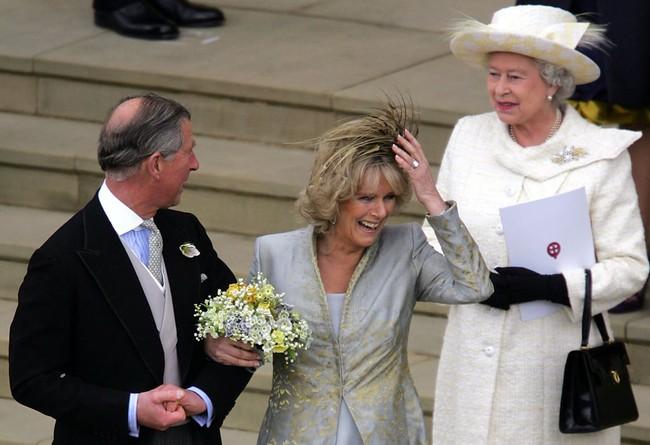 Liên tục thay đổi màu sắc trang phục, duy chỉ có món đồ này là Nữ hoàng Anh hết mực chung tình từ thời trẻ đến tận bây giờ - Ảnh 5.