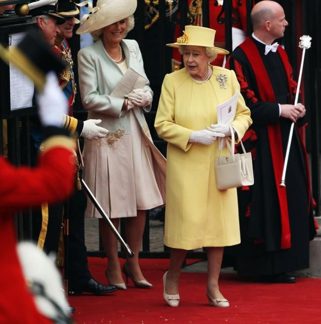Liên tục thay đổi màu sắc trang phục, duy chỉ có món đồ này là Nữ hoàng Anh hết mực chung tình từ thời trẻ đến tận bây giờ - Ảnh 7.