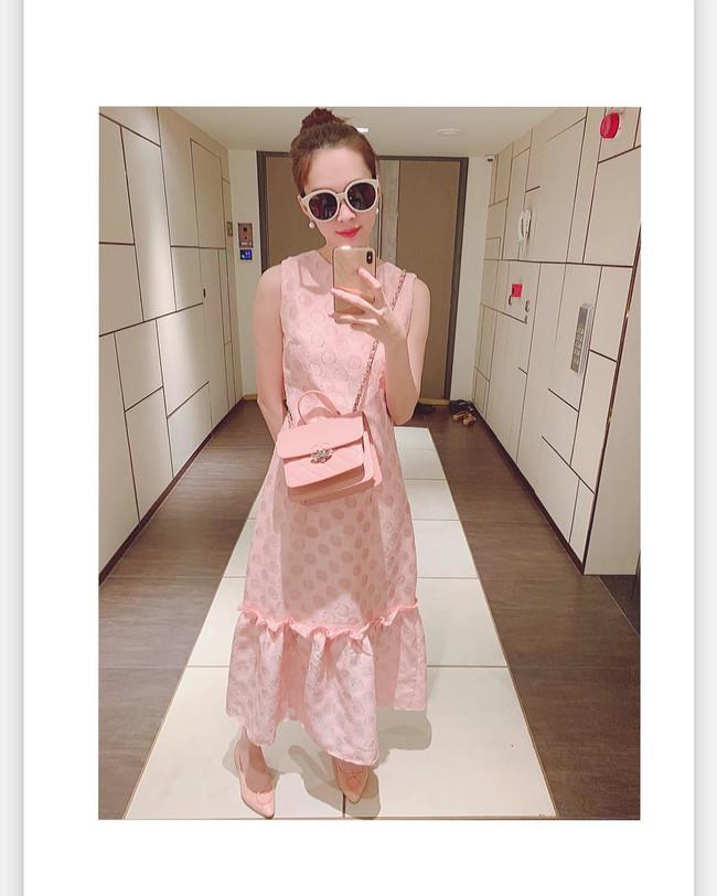 Diện cả bộ hồng từ đầu đến chân, HH Đặng Thu Thảo trót tiết lộ bí mật về chiếc váy mà cô đang mặc - Ảnh 1.