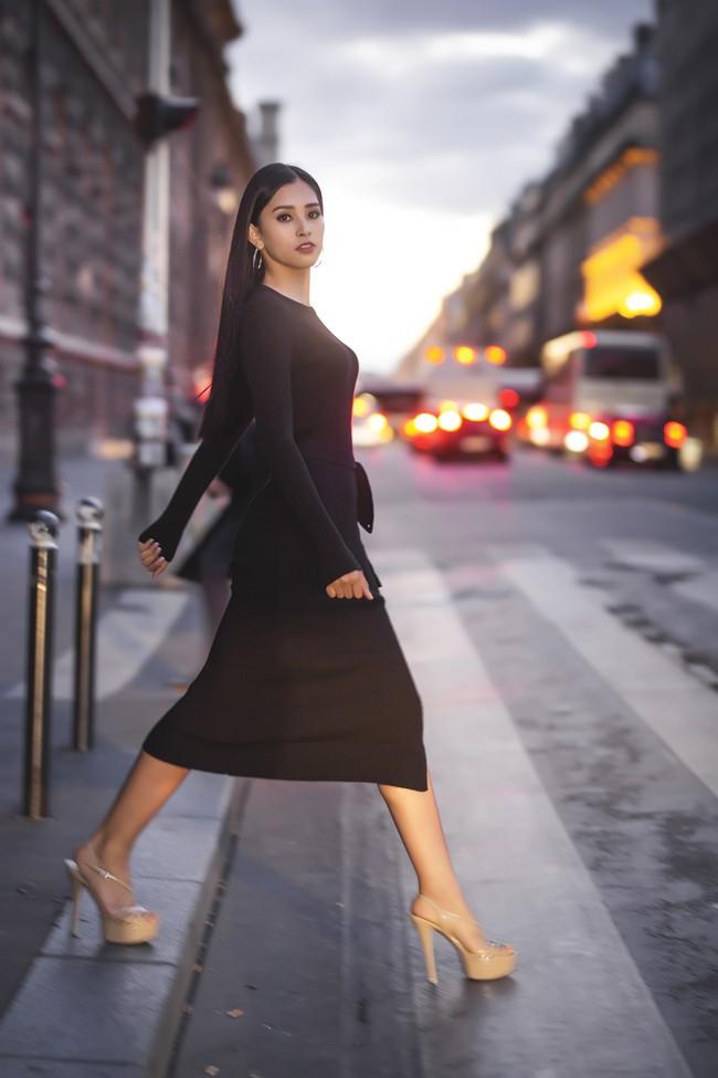 Choáng ngợp trước vẻ đẹp xuất thần của Hoa hậu Tiểu Vy trên đất Pháp sau sự kiện Vinfast - Ảnh 4.