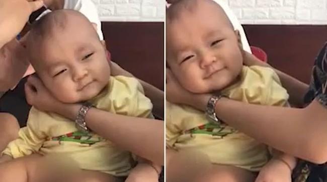 Khoảnh khắc yêu không thể tả của cậu bé lần đầu được cắt tóc: 2 mắt lim dim tận hưởng, lại còn bật cười thích thú - Ảnh 2.
