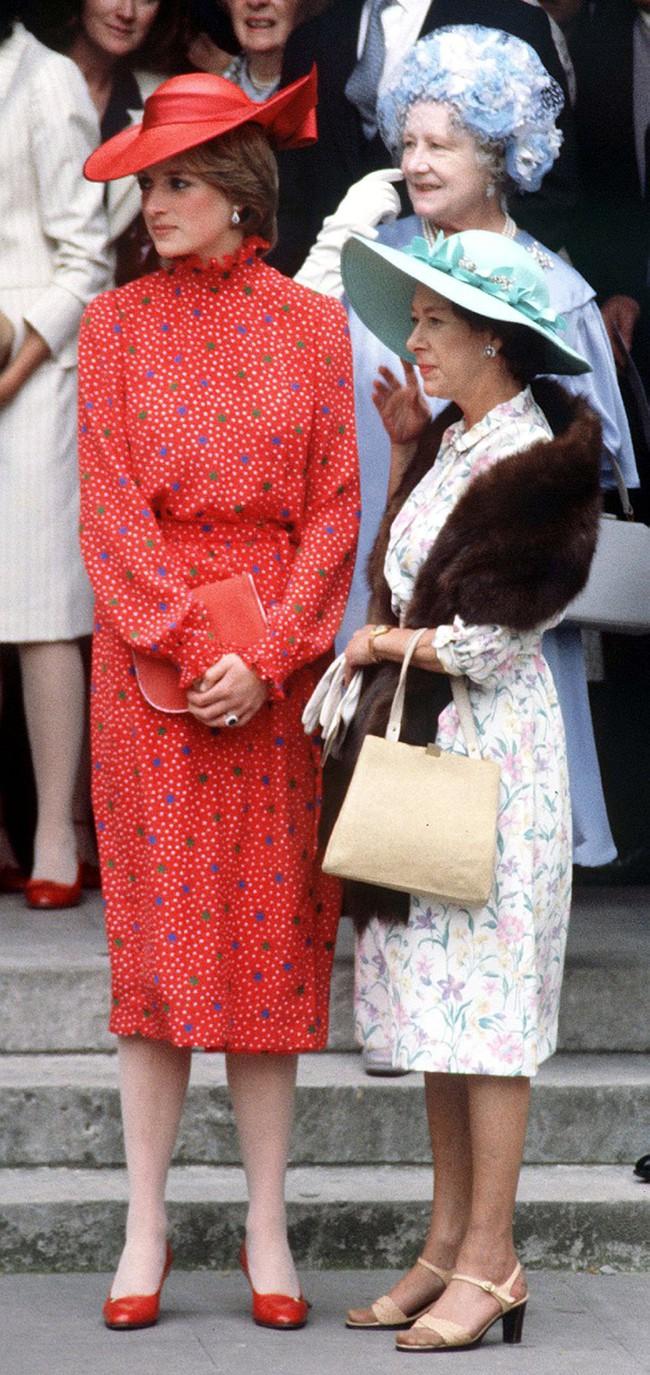 Đi đám cưới mà diện nào jumpsuit, nào menswear, Công nương Diana chính là khách mời Hoàng gia có style chất nhất - Ảnh 1.