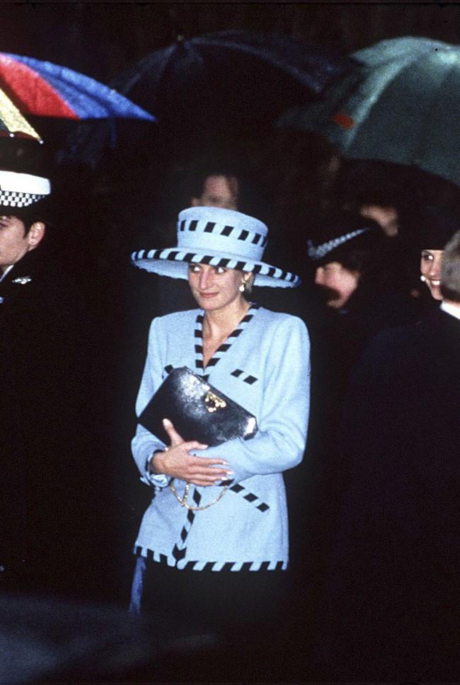 Đi đám cưới mà diện nào jumpsuit, nào menswear, Công nương Diana chính là khách mời Hoàng gia có style chất nhất - Ảnh 12.