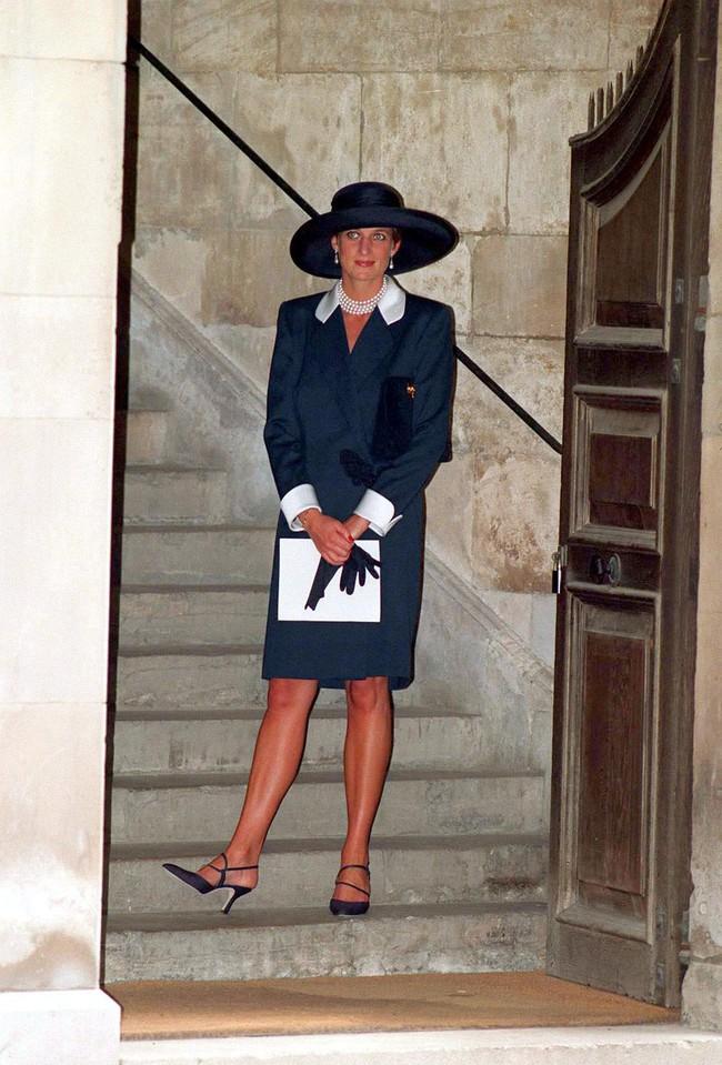 Đi đám cưới mà diện nào jumpsuit, nào menswear, Công nương Diana chính là khách mời Hoàng gia có style chất nhất - Ảnh 14.