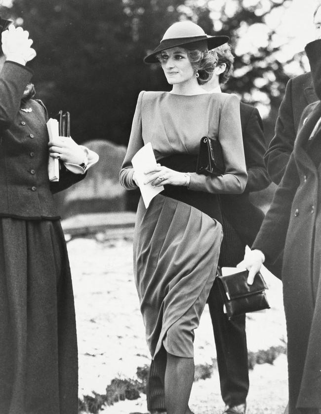 Đi đám cưới mà diện nào jumpsuit, nào menswear, Công nương Diana chính là khách mời Hoàng gia có style chất nhất - Ảnh 4.