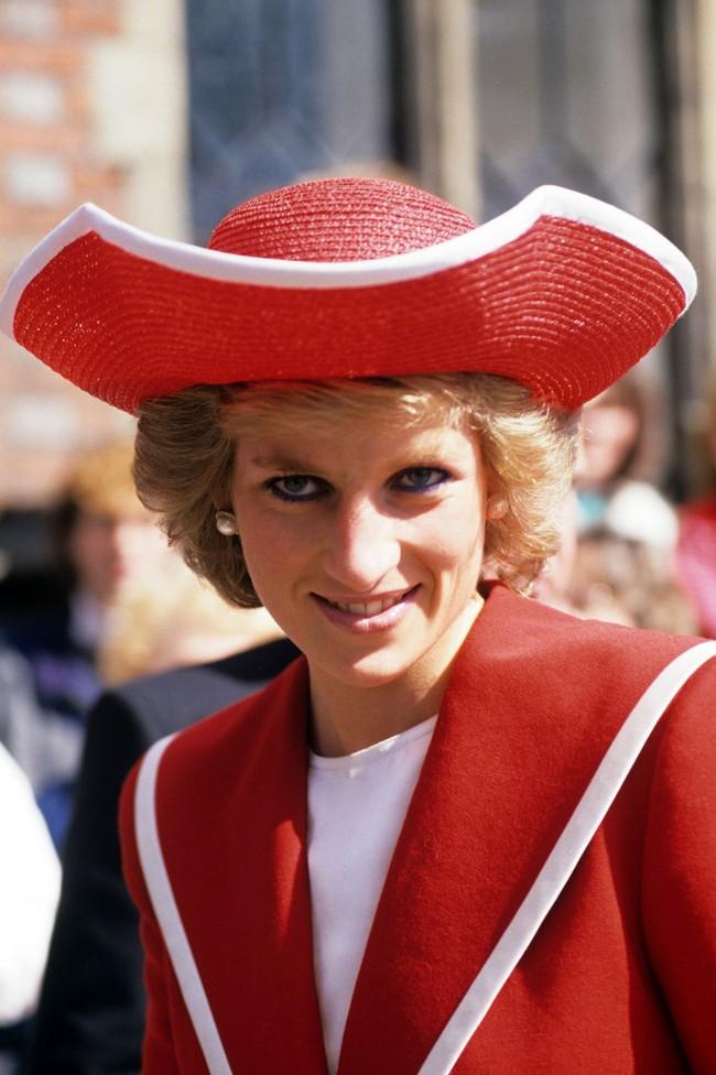 Đi đám cưới mà diện nào jumpsuit, nào menswear, Công nương Diana chính là khách mời Hoàng gia có style chất nhất - Ảnh 8.