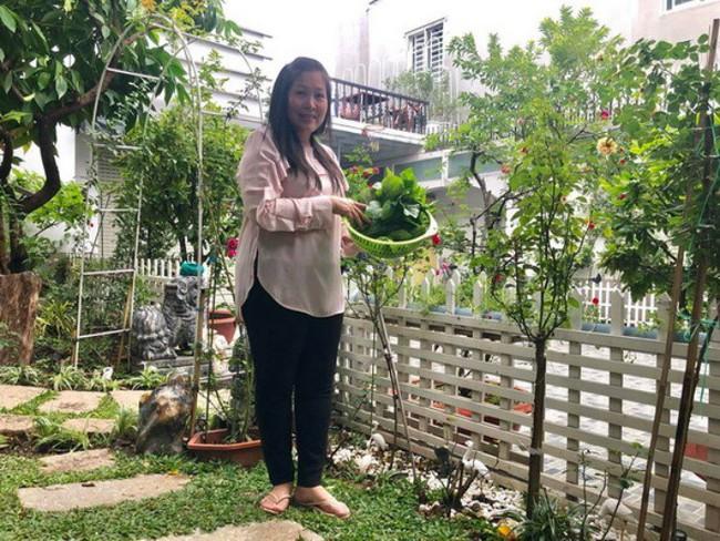 Ngắm vườn rau sạch và hoa tươi vô cùng bình yên của vợ chồng nghệ sĩ Hồng Vân và Lê Tuấn Anh - Ảnh 1.