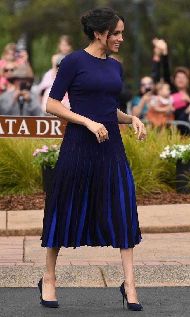 """Là Công nương vẫn chưa hết """"bạo"""", Meghan Markle mặc váy xuyên thấu lộ nội y, khoe vòng 3 nóng bỏng trước bàn dân - Ảnh 1."""