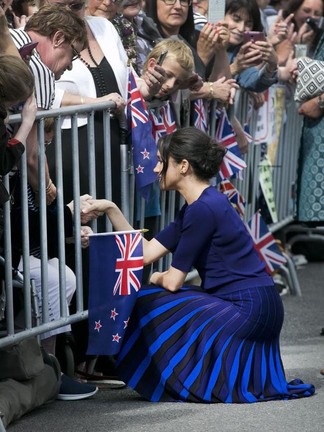 """Là Công nương vẫn chưa hết """"bạo"""", Meghan Markle mặc váy xuyên thấu lộ nội y, khoe vòng 3 nóng bỏng trước bàn dân - Ảnh 5."""