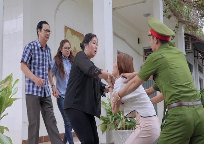 Gạo nếp gạo tẻ: Hân Hoa hậu ám ảnh khi bị hàng chục diễn viên quần chúng thi nhau đánh suốt 3 tiếng đồng hồ - Ảnh 4.