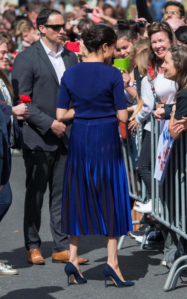 """Là Công nương vẫn chưa hết """"bạo"""", Meghan Markle mặc váy xuyên thấu lộ nội y, khoe vòng 3 nóng bỏng trước bàn dân - Ảnh 3."""