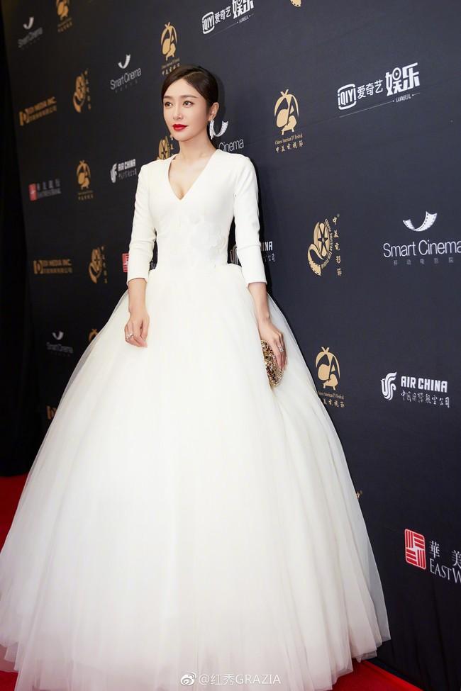 Vẫn với thói quen khâu váy cho bớt sexy, Tần Lam từ nữ thần hóa mỹ nhân chỉ trong 1 buổi tối - Ảnh 2.