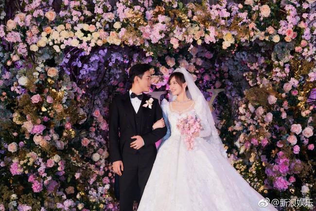Cận cảnh váy cưới của Đường Yên: lộng lẫy như công chúa, tốn hơn 5.000 giờ thực hiện và ẩn chứa bí mật bất ngờ - Ảnh 1.