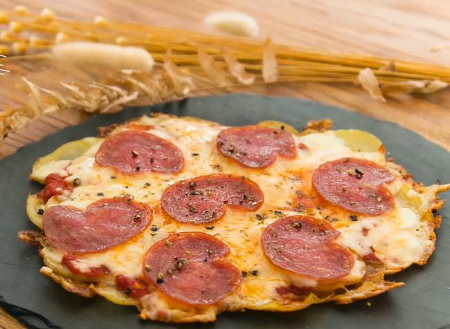Chẳng phải nhọc công nhào bột, tôi làm đế bánh pizza nhanh hơn nhiều với nguyên liệu siêu rẻ - Ảnh 6.