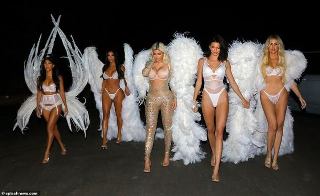 Chưa biết Victorias Secret show năm nay thế nào nhưng riêng màn biến hình của chị em nhà Kim đã chiếm trọn spotlight rồi - Ảnh 8.