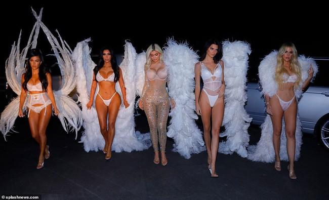 Chưa biết Victorias Secret show năm nay thế nào nhưng riêng màn biến hình của chị em nhà Kim đã chiếm trọn spotlight rồi - Ảnh 9.