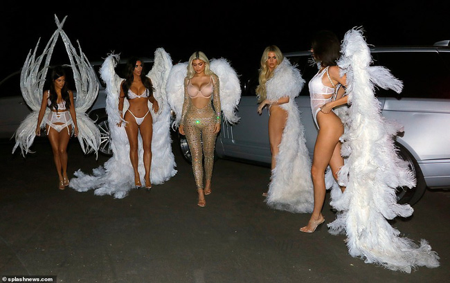 Chưa biết Victorias Secret show năm nay thế nào nhưng riêng màn biến hình của chị em nhà Kim đã chiếm trọn spotlight rồi - Ảnh 10.