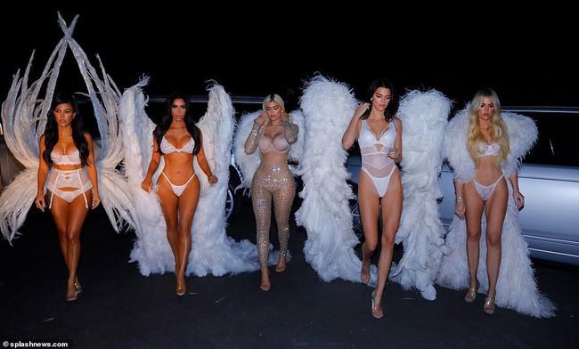Chưa biết Victorias Secret show năm nay thế nào nhưng riêng màn biến hình của chị em nhà Kim đã chiếm trọn spotlight rồi - Ảnh 11.
