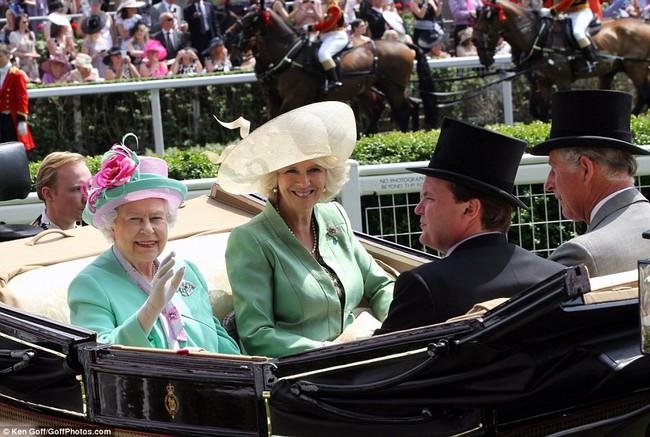 """Không dưới 3 lần """"đụng"""" đồ rực rỡ với Nữ hoàng Anh, bà Camilla chính là nữ nhân Hoàng gia duy nhất dám làm vậy - Ảnh 6."""