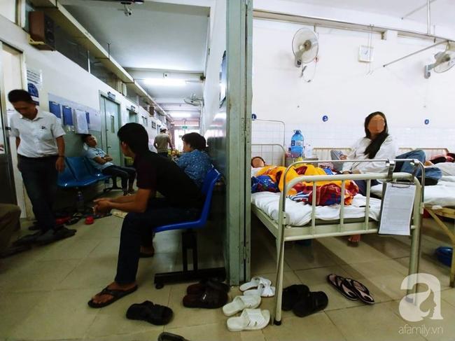 Bác sĩ Sài Gòn đưa người phụ nữ 30 năm tâm thần, bị ung thư buồng trứng rất nặng từ quỷ môn quan trở về - Ảnh 6.
