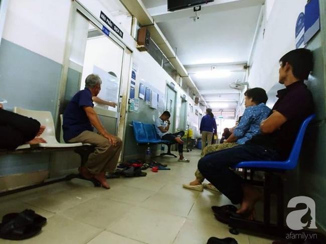 Bác sĩ Sài Gòn đưa người phụ nữ 30 năm tâm thần, bị ung thư buồng trứng rất nặng từ quỷ môn quan trở về - Ảnh 3.