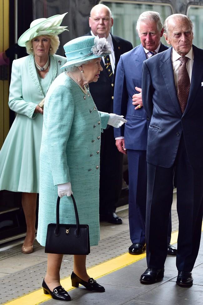 """Không dưới 3 lần """"đụng"""" đồ rực rỡ với Nữ hoàng Anh, bà Camilla chính là nữ nhân Hoàng gia duy nhất dám làm vậy - Ảnh 5."""