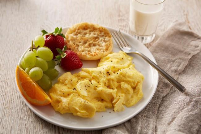 Không thích rán trứng theo kiểu truyền thống nữa, tôi làm món trứng khuấy lạ lẫm này, nào ngờ cả nhà khen hết lời - Ảnh 1.