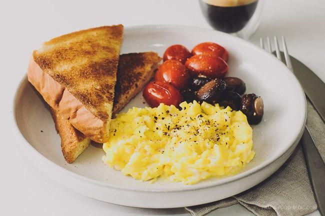 Không thích rán trứng theo kiểu truyền thống nữa, tôi làm món trứng khuấy lạ lẫm này, nào ngờ cả nhà khen hết lời - Ảnh 10.