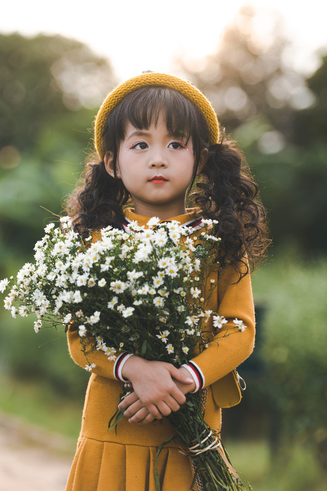 Đã xinh lại thần thái, bé gái Hà Nội dạo chơi trong vườn cúc họa mi khiến ai đi qua cũng phải ngoái nhìn - Ảnh 2.