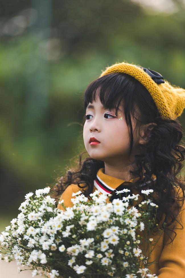 Đã xinh lại thần thái, bé gái Hà Nội dạo chơi trong vườn cúc họa mi khiến ai đi qua cũng phải ngoái nhìn - Ảnh 14.