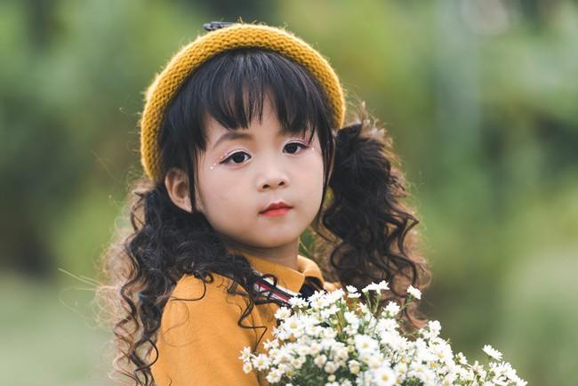 Đã xinh lại thần thái, bé gái Hà Nội dạo chơi trong vườn cúc họa mi khiến ai đi qua cũng phải ngoái nhìn - Ảnh 15.
