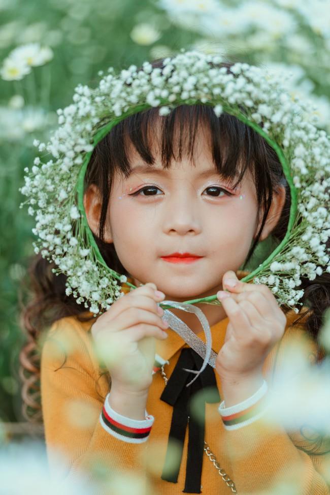Đã xinh lại thần thái, bé gái Hà Nội dạo chơi trong vườn cúc họa mi khiến ai đi qua cũng phải ngoái nhìn - Ảnh 17.