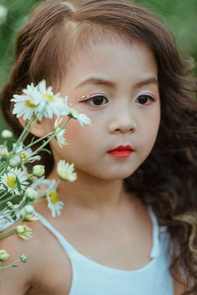 Đã xinh lại thần thái, bé gái Hà Nội dạo chơi trong vườn cúc họa mi khiến ai đi qua cũng phải ngoái nhìn - Ảnh 27.