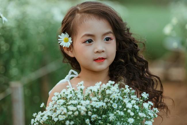 Đã xinh lại thần thái, bé gái Hà Nội dạo chơi trong vườn cúc họa mi khiến ai đi qua cũng phải ngoái nhìn - Ảnh 28.