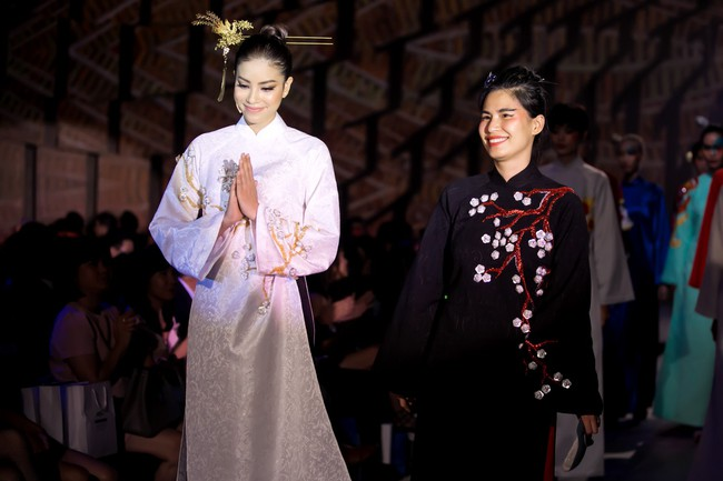 Uy nghiêm, sắc lạnh là thế nhưng Võ Hoàng Yến vẫn lép vế trước Phạm Hương khi đụng hàng tà áo dài trắng  - Ảnh 6.