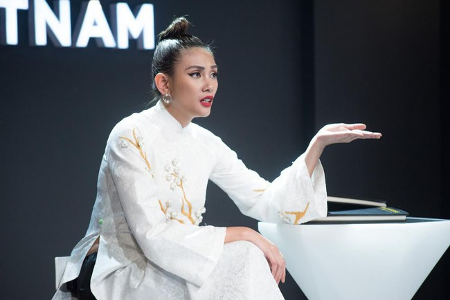 Uy nghiêm, sắc lạnh là thế nhưng Võ Hoàng Yến vẫn lép vế trước Phạm Hương khi đụng hàng tà áo dài trắng  - Ảnh 2.