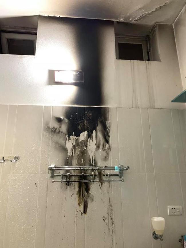 Đèn sưởi nhà tắm phát nổ như pháo hoa và lời cảnh báo cho các gia đình có trẻ nhỏ - Ảnh 1.