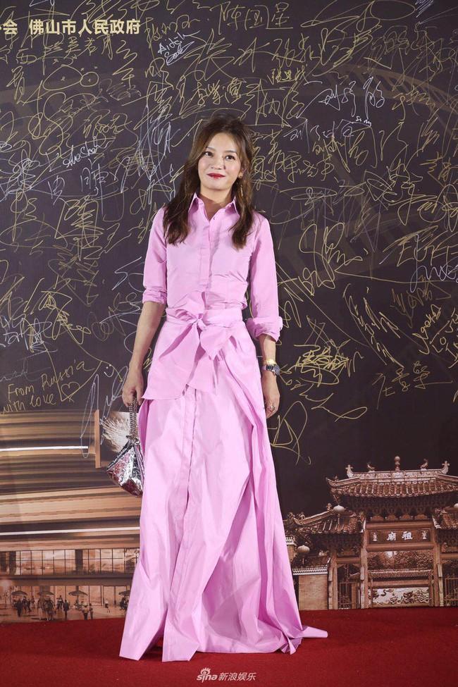 Triệu Vy mặc váy lùng bùng vẫn chẳng ngại làm điều khiến netizen nể phục - Ảnh 1.