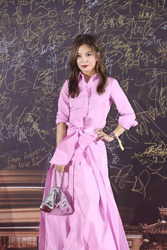 Triệu Vy mặc váy lùng bùng vẫn chẳng ngại làm điều khiến netizen nể phục - Ảnh 3.