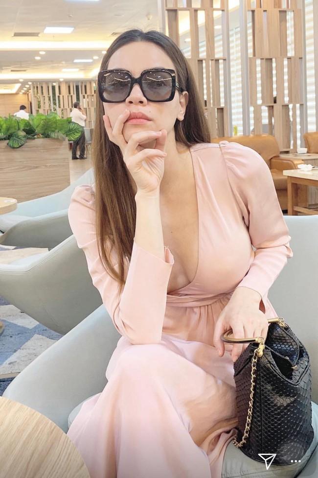 Hồ Ngọc Hà mặc váy cổ V sâu lộ dấu vết miếng dán ngực, nhưng đây mới là điểm khiến fan thắc mắc nhất - Ảnh 2.
