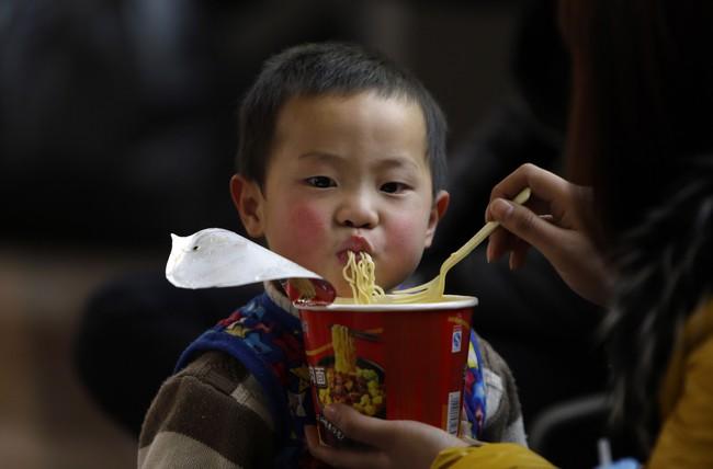 Có một mối nguy hiểm từ cháo và mỳ ăn liền đe dọa sức khỏe của trẻ mà cha mẹ không ngờ tới - Ảnh 4.