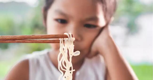 Có một mối nguy hiểm từ cháo và mỳ ăn liền đe dọa sức khỏe của trẻ mà cha mẹ không ngờ tới - Ảnh 3.