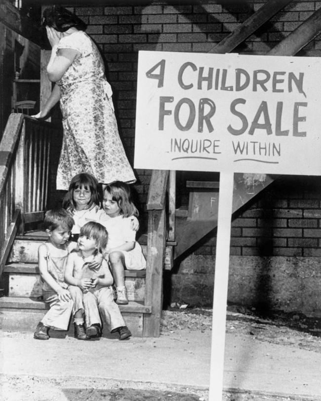 """Bi kịch những đứa trẻ trong bức ảnh """"mẹ bán con"""": Bị cưỡng bức đến chửa hoang, bị bạo hành đến loạn trí, thành kẻ nguy hiểm cho xã hội - Ảnh 1."""