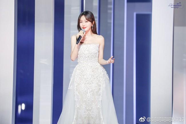 """Quan trọng là thần thái: Diện váy đắt gấp 7 lần Tần Lam, Ngô Cẩn Ngôn vẫn không có """"cửa"""" nổi hơn? - Ảnh 2."""