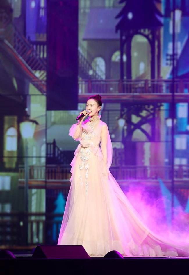 """Quan trọng là thần thái: Diện váy đắt gấp 7 lần Tần Lam, Ngô Cẩn Ngôn vẫn không có """"cửa"""" nổi hơn? - Ảnh 8."""