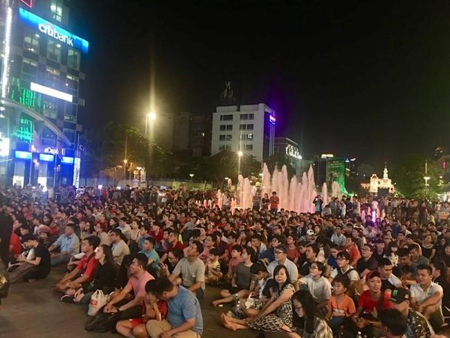 AFF CUP: Việt Nam 2 - 0 Malaysia, người hâm mộ vui sướng cuồng nhiệt - Ảnh 12.