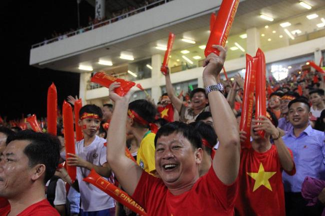 AFF CUP: Việt Nam 2 - 0 Malaysia, người hâm mộ vui sướng cuồng nhiệt - Ảnh 7.